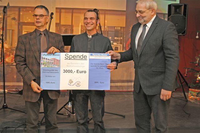Polizeipräsident Wolfgang Albers überreicht einen Spendenscheck an Albrecht Röbke von der Notfallseelsorge Bonn/Rhein-Sieg