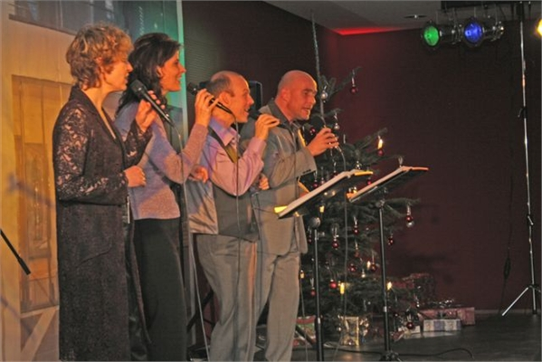 Die Kölner Stimmen singen alte und neuere Weihnachtslieder