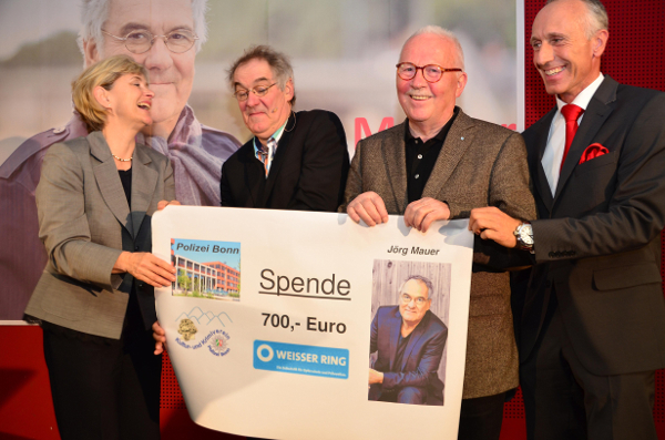 Spendenübergabe: Polizeipräsidentin Ursula Brohl-Sowa, Jörg Maurer, Klaus Holtz vom Weißen Ring und Jörg Pfefferkorn