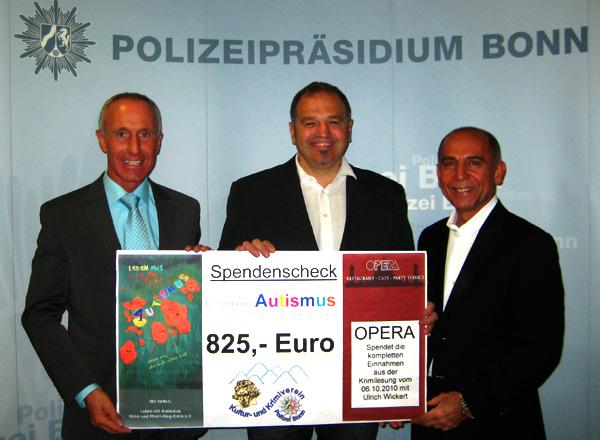Feliz Tosun und Müslim Balaban vom Bonner Restaurant Opera (re) überreichen einen Spendenscheck